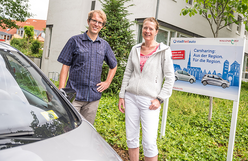 Klimaschutzmanager Stefan Sprenger (links) mit Christina Benze am Wallenhorster Rathaus, wo zwei Carsharingfahrzeuge von Stadtteilauto zur Verfügung stehen.
